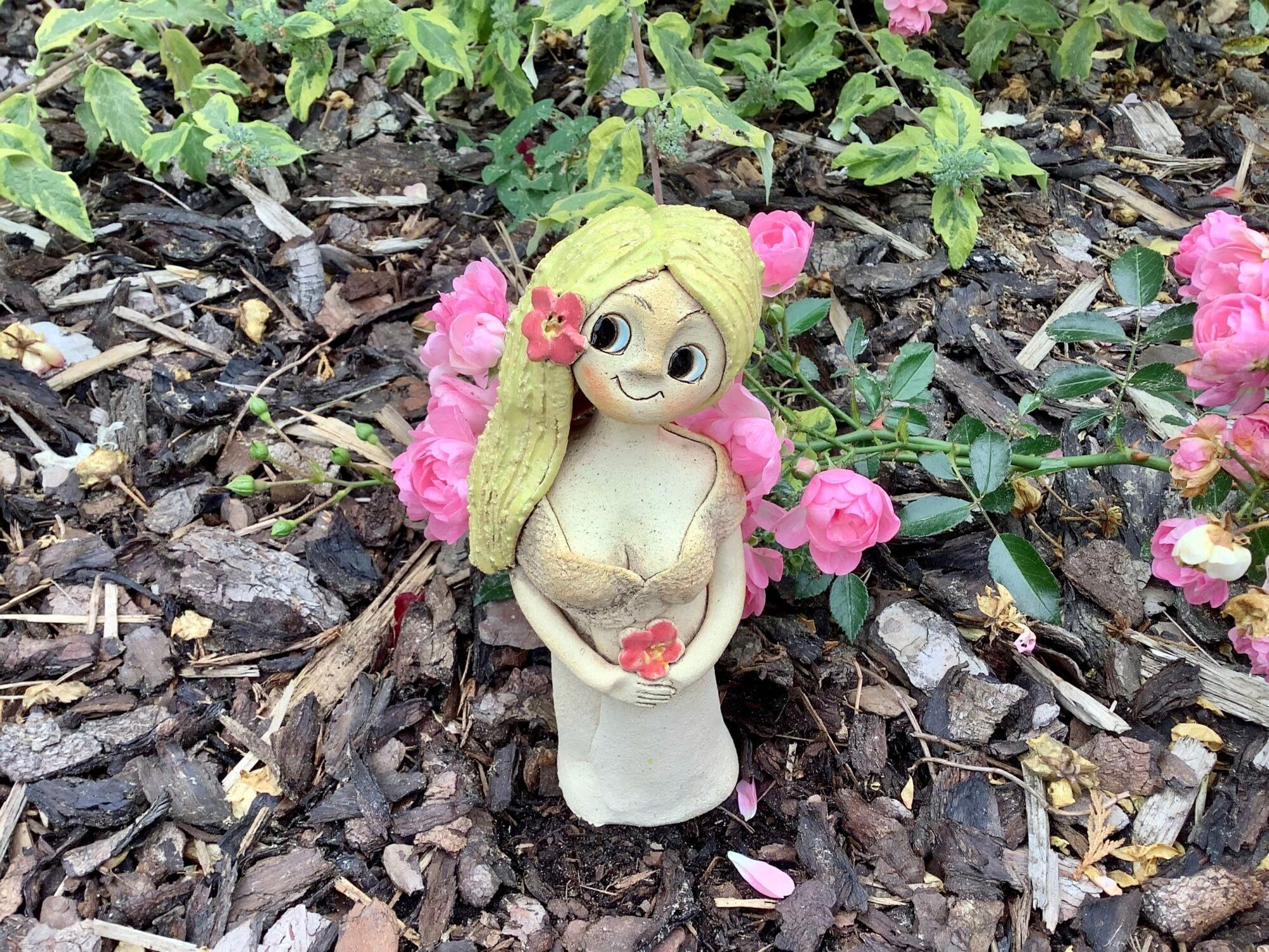 Šípková Růženka sedící rozjimajici víla dekorace