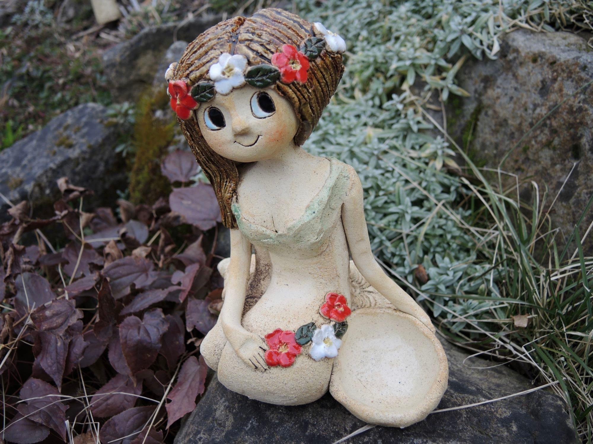 klečící víla věneček květy dekorace panenka soška figura keramika keramikaandee miska svíčka svícen