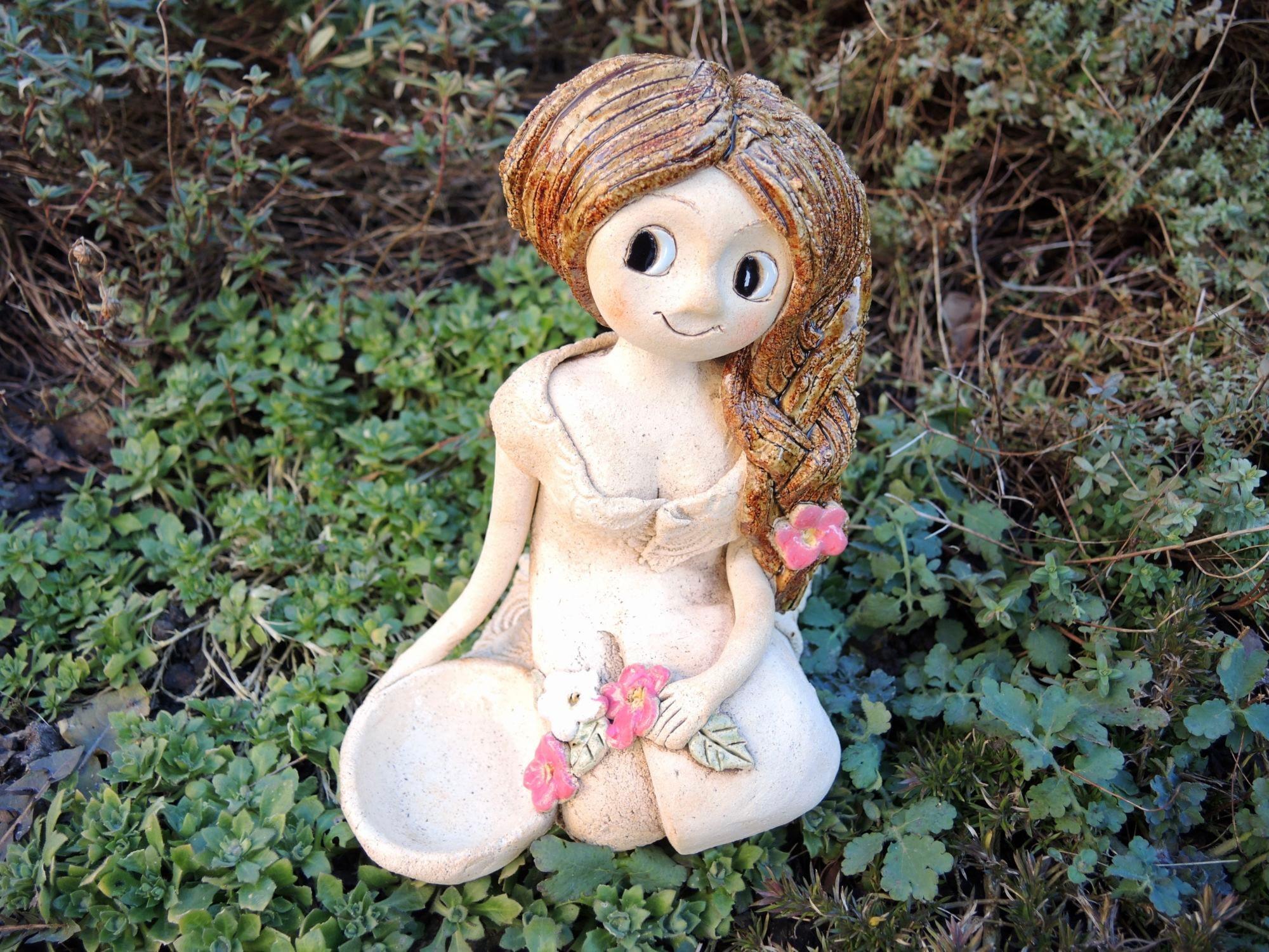 sedící šípková růženka smiskou svícen keramika andee