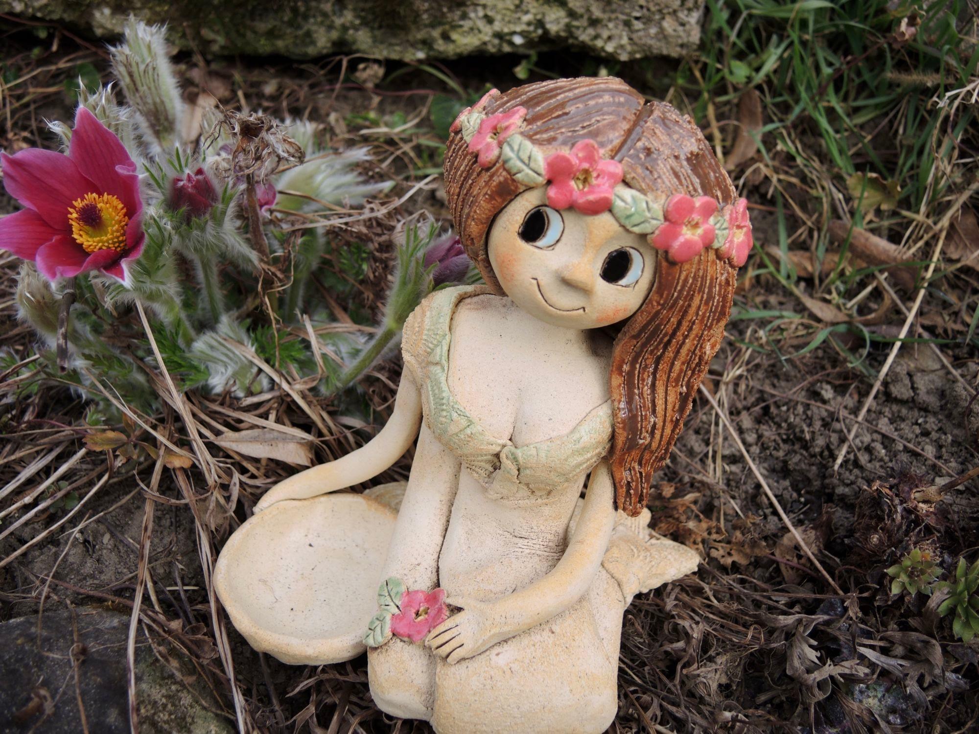 sedící šípková růženka s miskou svícen keramika andee