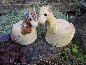koník pokladnička kasička kůň květiny louka keramika keramikaandee