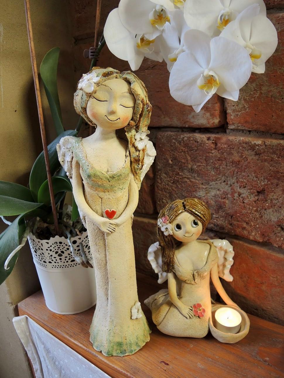lesni andělka anděl dívka figuta dekorace zasněná květina srdce keramika andee