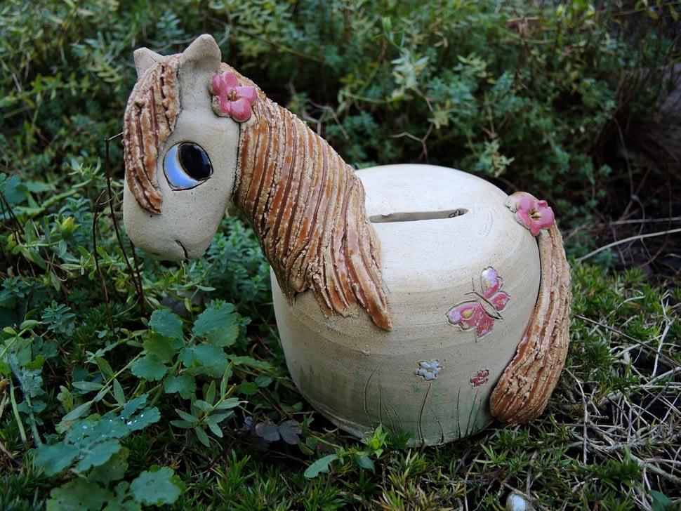 koník tmavohřívák rezavý motýl pokladnička zrzavý kůň keramik