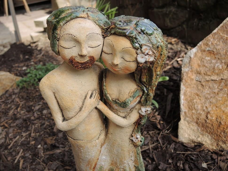 Lesní romance dvojice ona on keramika andee