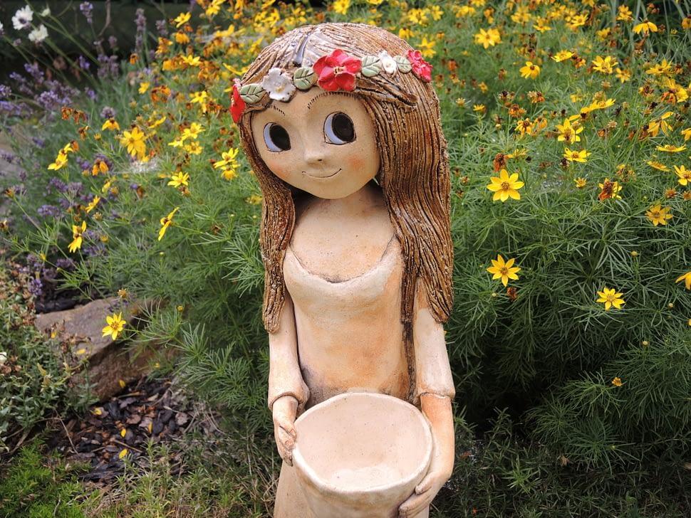 víla socha zahrada věneček louka květy keramika andee