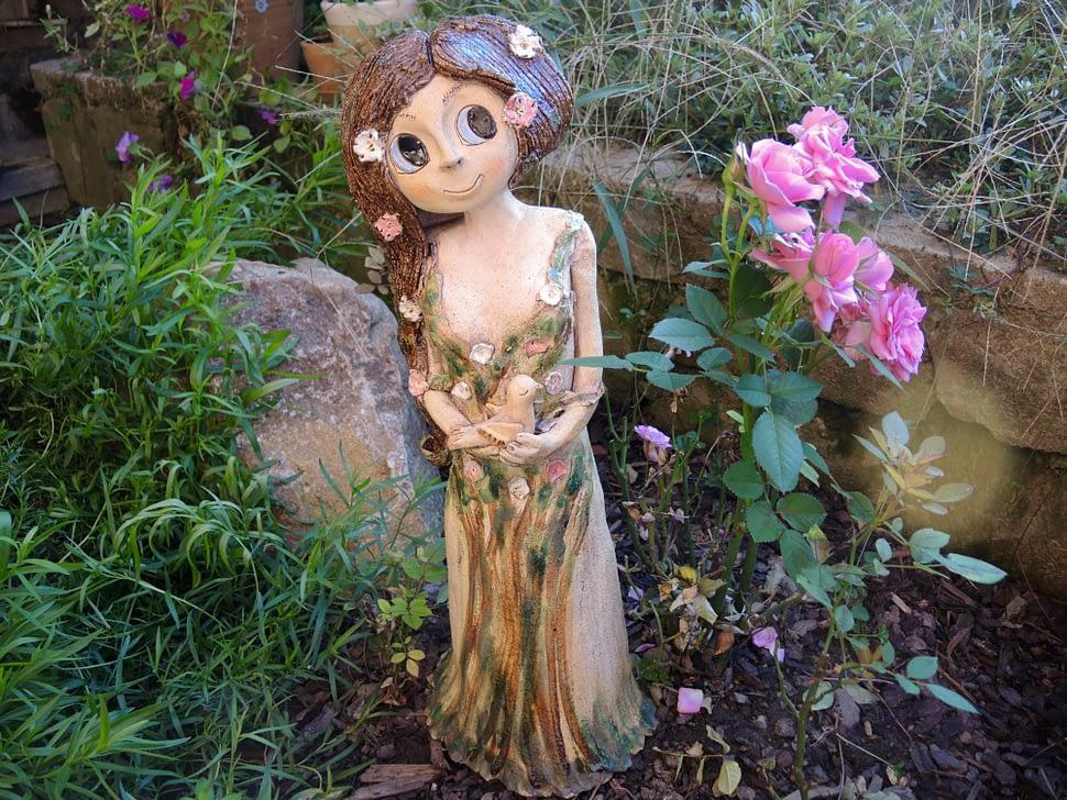 velká víla louka květiny kopretina strom lesní ptášek hnízdo socha keramika andee