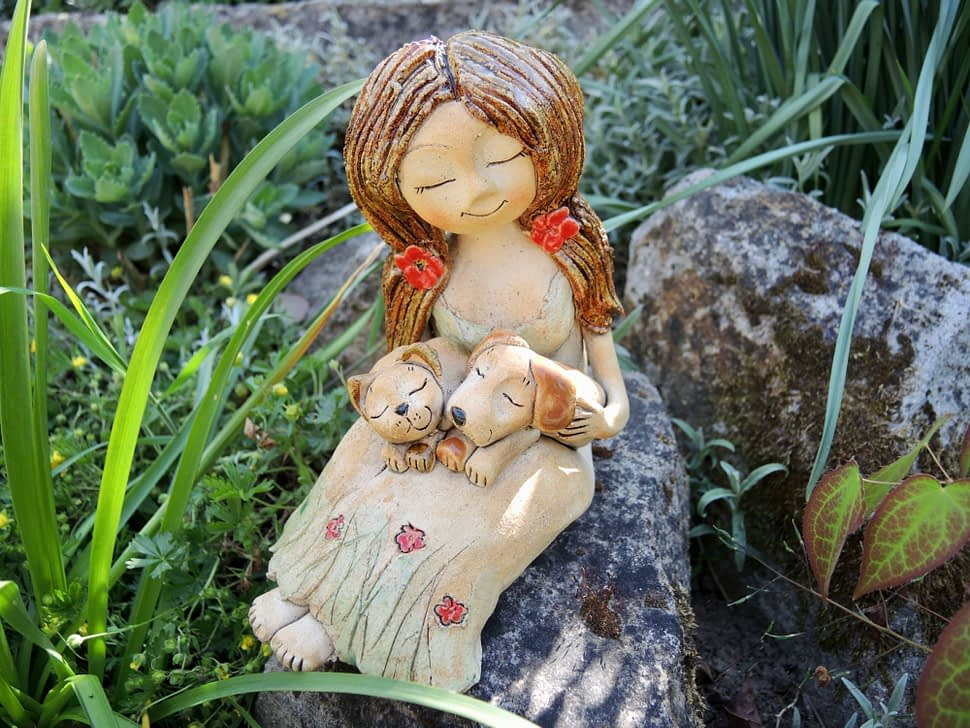 dívka skočičkou, kočka, figura, dekorace, keramikaandee pes