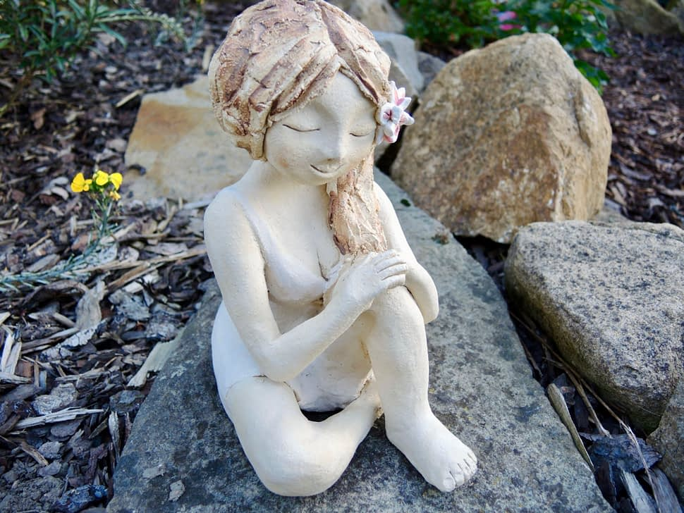 rozjímání vtichu telaxace meditace pokoj žena dívka lotos ticho dekorase socha zahrada keramika figura keramikaaandee